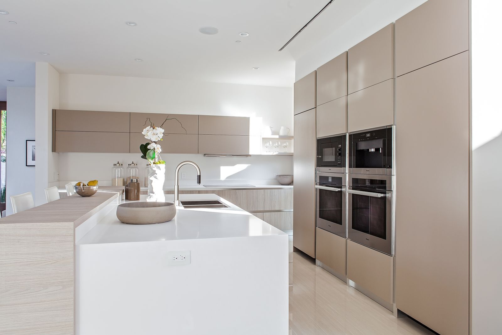 RTA Kitchen Cabinets. MT 122/Limna Collection Los Angeles, CA